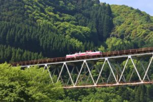 高千穂鉄橋を走るトロッコ列車