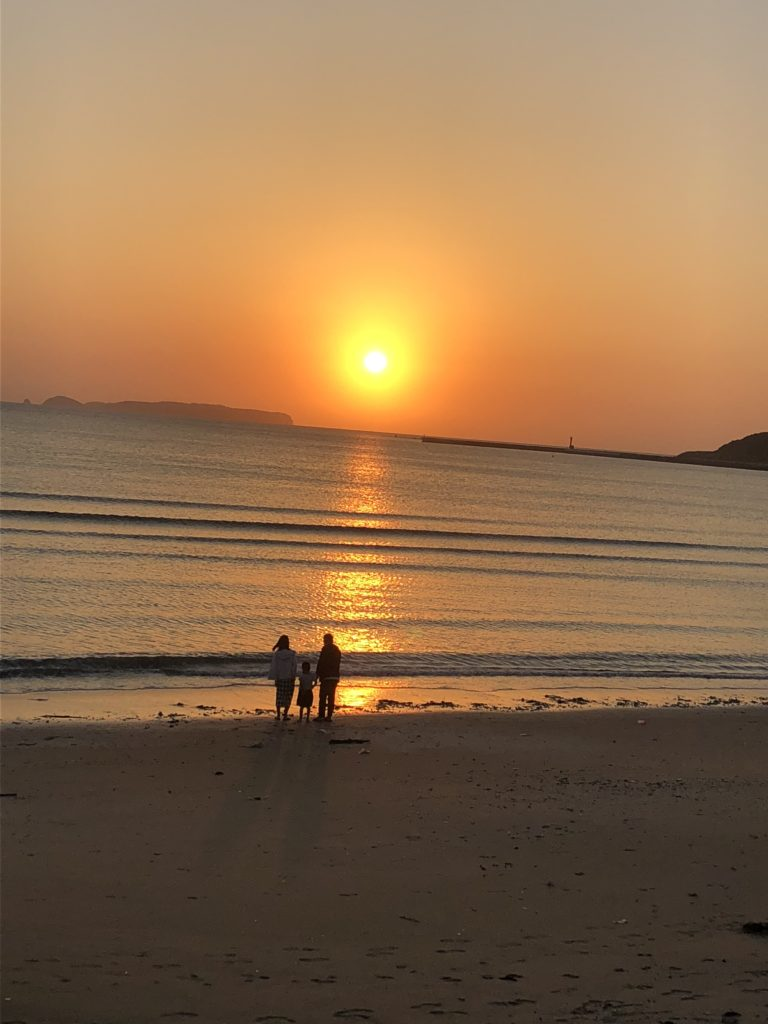 津屋崎の海岸に沈む夕陽