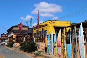 マリンスポーツショップやレストランが並ぶ福間海岸