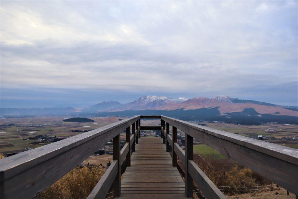 そらふねの桟橋と雪景色の阿蘇五岳