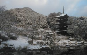 雪景色の瑠璃光寺五重塔