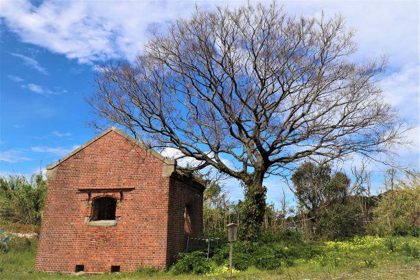 塩田跡地入り口付近に残る旧塩倉庫跡