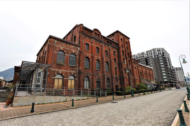 近代的ビルと並ぶレトロな赤煉瓦建造物の一画「門司赤煉瓦プレイス」