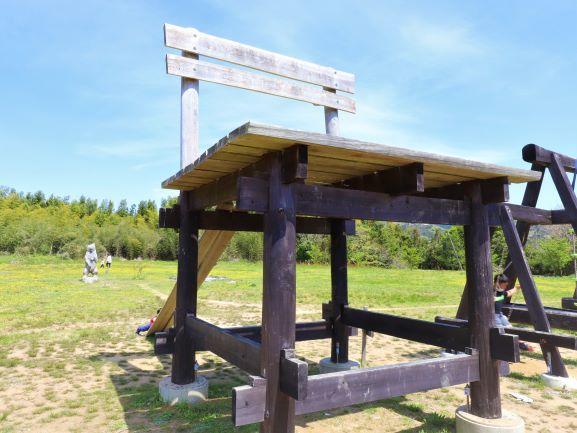 三丘ゆめ広場巨大な椅子のオブジェ「学びの椅子」